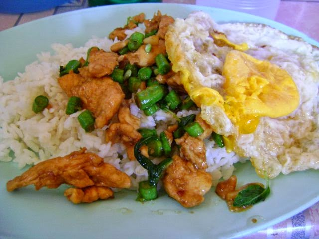 Country: Thailand Contents: It is white rice, chicken, green beans and a fried egg.